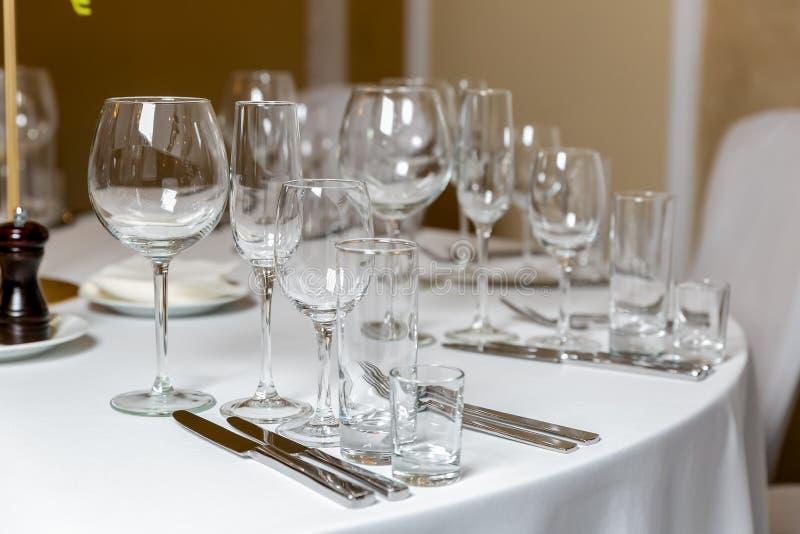 Bel arrangement de table avec la vaisselle pour une partie, la r?ception de mariage ou tout autre ?v?nement de f?te Verrerie et c photo stock