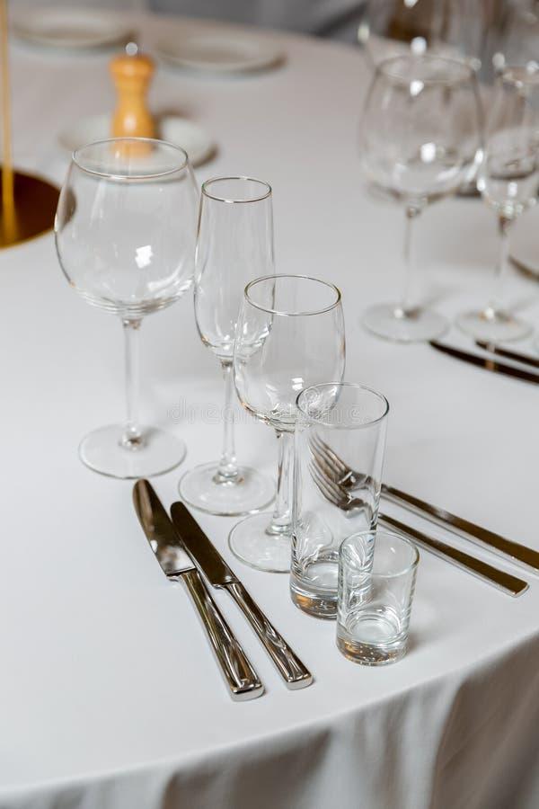 Bel arrangement de table avec la vaisselle pour une partie, la r?ception de mariage ou tout autre ?v?nement de f?te Verrerie et c photographie stock