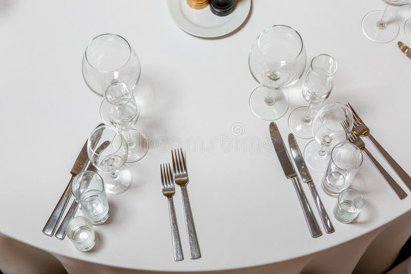 Bel arrangement de table avec la vaisselle pour une partie, la r?ception de mariage ou tout autre ?v?nement de f?te Verrerie et c image stock