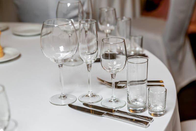 Bel arrangement de table avec la vaisselle pour une partie, la r?ception de mariage ou tout autre ?v?nement de f?te Verrerie et c images libres de droits