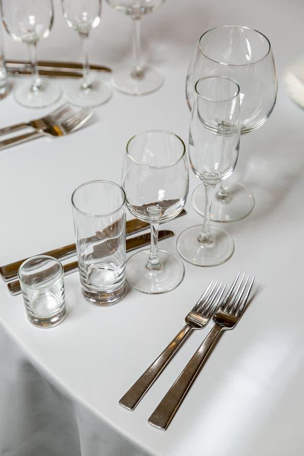 Bel arrangement de table avec la vaisselle pour une partie, la r?ception de mariage ou tout autre ?v?nement de f?te Verrerie et c images stock