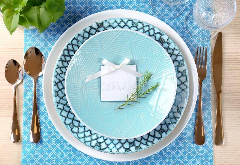 Bel arrangement de table, carte vierge et décor floral image stock