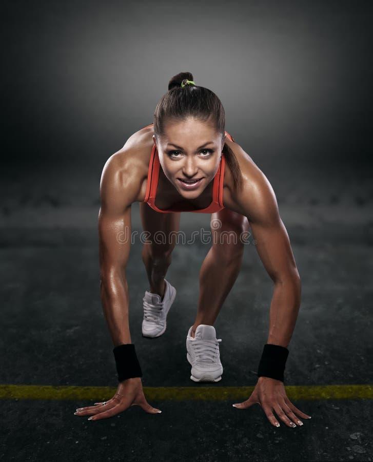 Bel athlète sur le bas début image stock