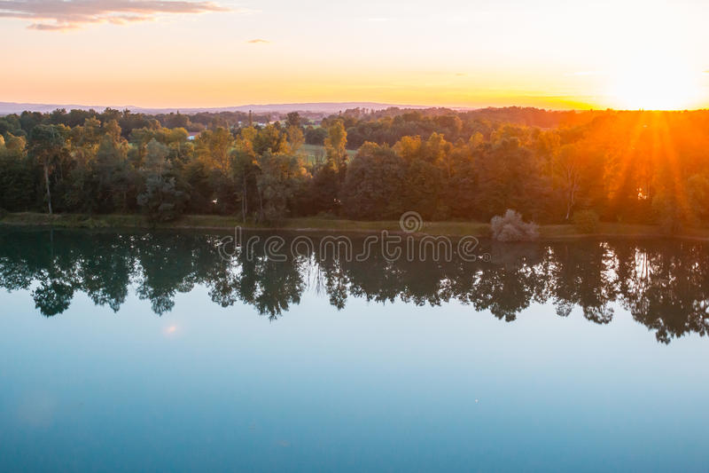 Bel automne sur une montagne avec la cuvette brillante du soleil les bois images stock