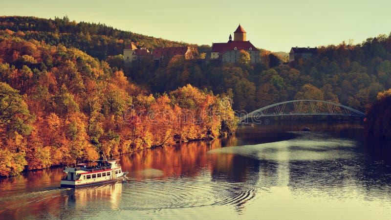 Bel Autumn Landscape avec le château de Veveri Paysage coloré naturel avec le coucher du soleil Brno la République-Europe barrage photo stock