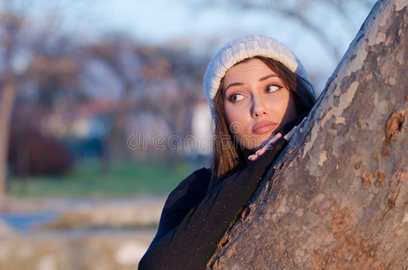 Bel chapeau tricoté d'usage de femme par hiver photo stock
