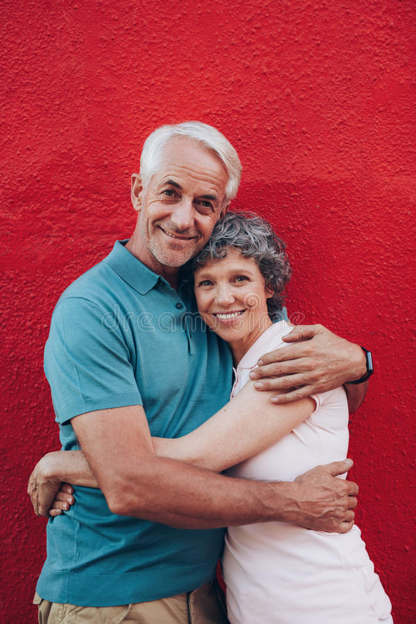 Bel embrassement supérieur de couples photographie stock