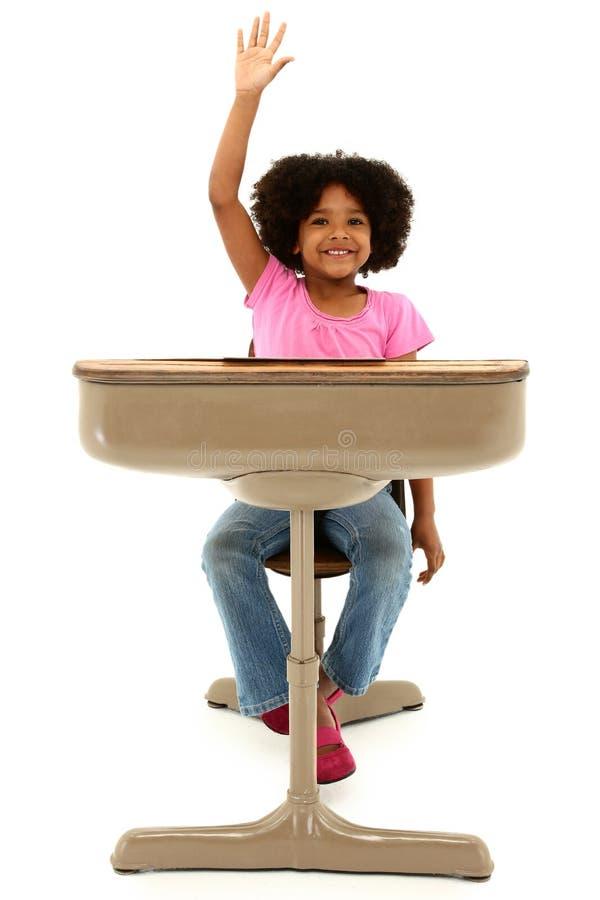 Bel enfant d'Afro-américain s'asseyant dans un bureau photo libre de droits