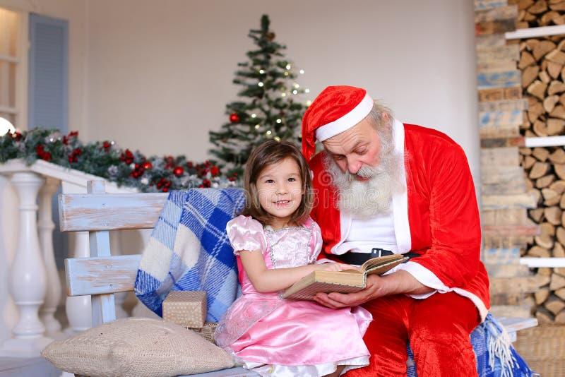 Bel enfant demandant au père Christmas photo stock