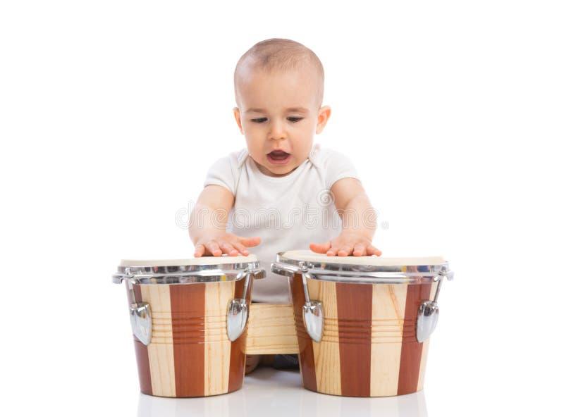 Bel enfant drôle de bébé jouant des tambours et le chant photographie stock libre de droits