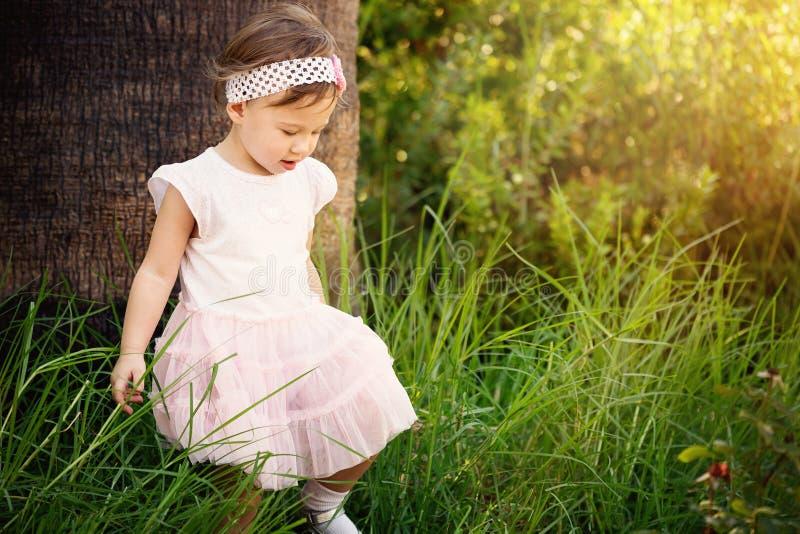 Bel enfant en bas âge dans la forêt images libres de droits