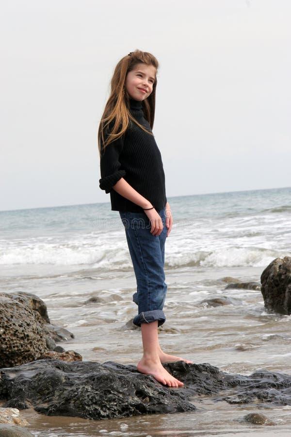 Bel enfant sur la plage images stock