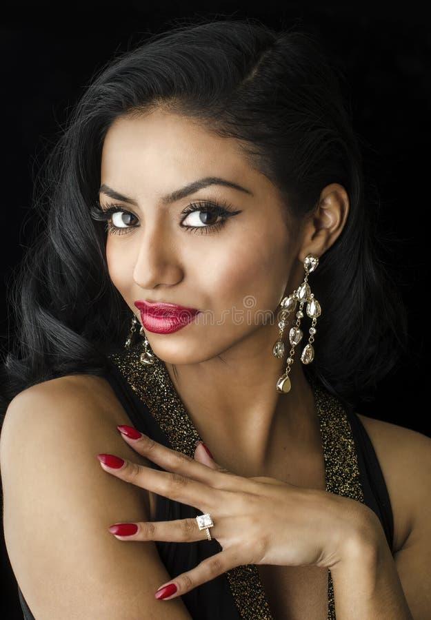 Bel engagement exotique d'anneau de jeune femme images stock