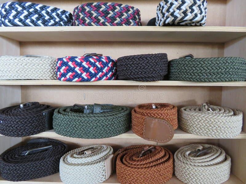 Bel ensemble de ceintures de différents modèles et couleurs photos stock