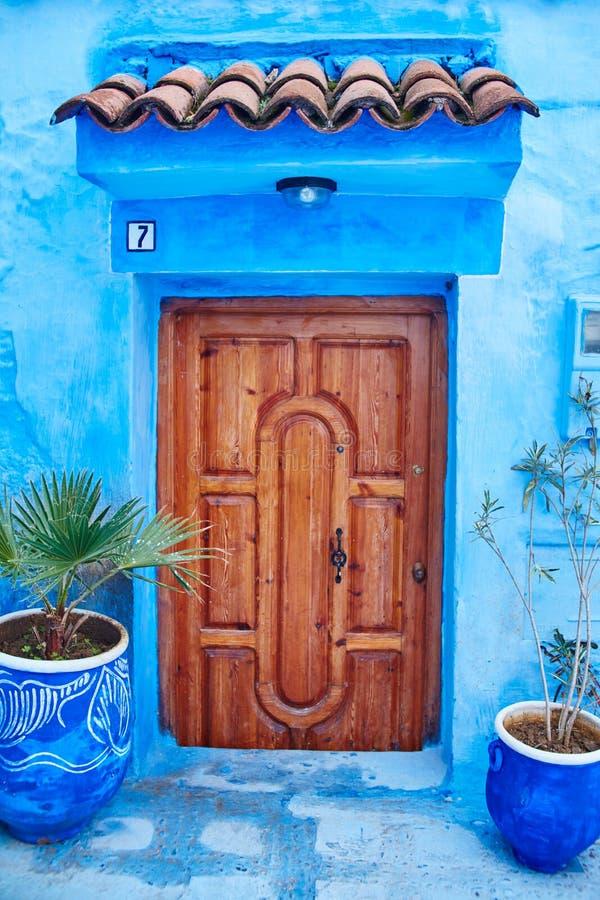 Bel ensemble divers de portes bleues de la ville bleue de Chefchao images libres de droits