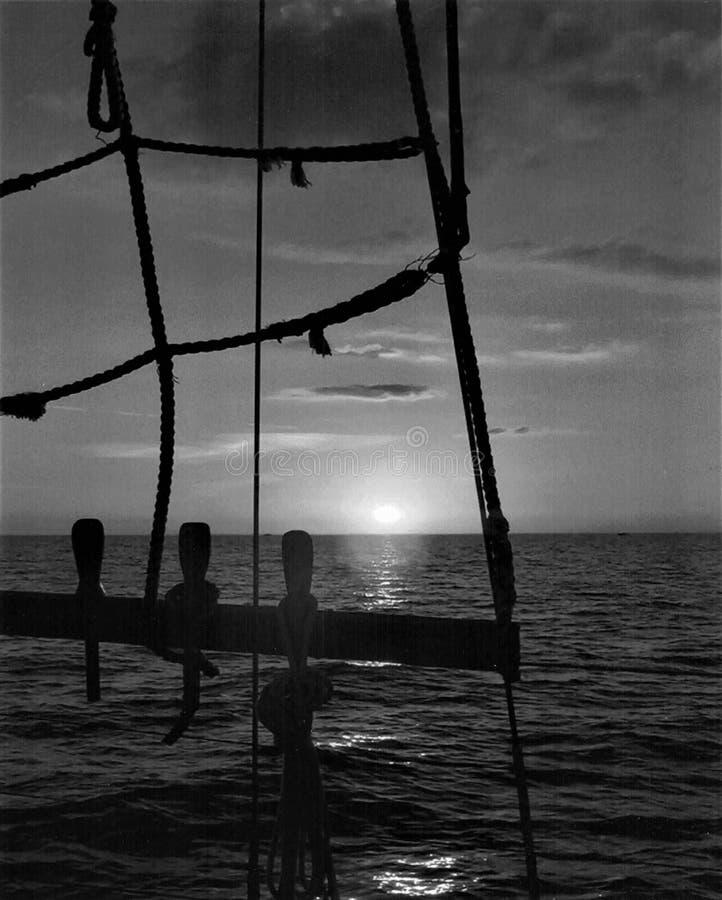 Bel ensemble du soleil sur un bateau à voile dans le Golfe du Mexique images stock