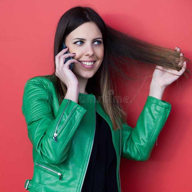 Bel entretien de sourire de fille sur le smartphone photo stock