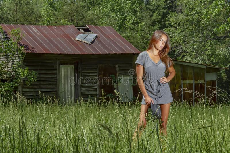 Bel environnement rural de Posing Outdoors In A de mod?le de bikini de brune image stock
