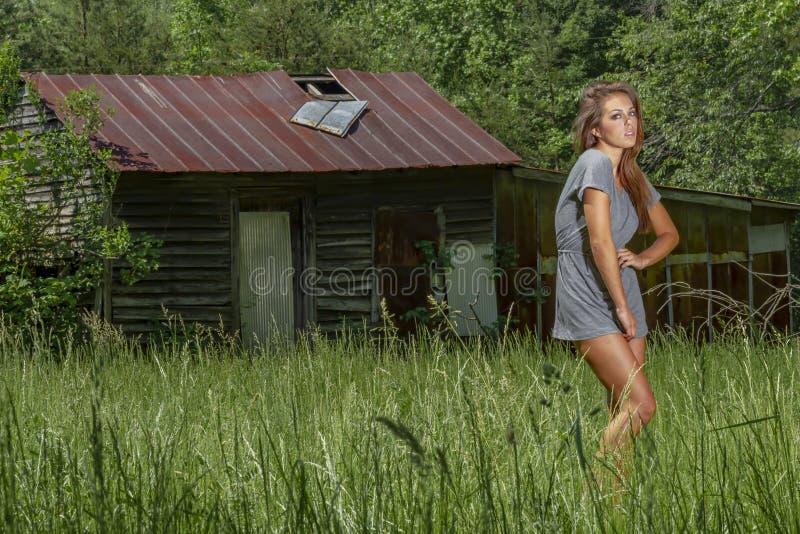 Bel environnement rural de Posing Outdoors In A de mod?le de bikini de brune photos stock