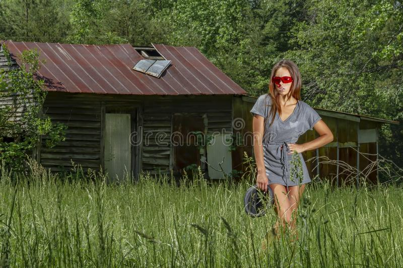 Bel environnement rural de Posing Outdoors In A de mod?le de bikini de brune photo stock