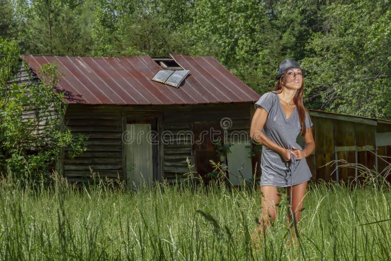 Bel environnement rural de Posing Outdoors In A de mod?le de bikini de brune photos libres de droits