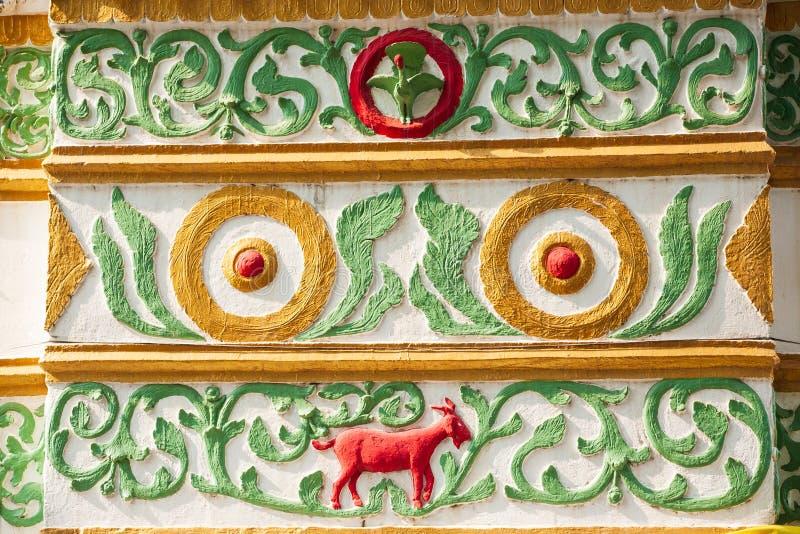 Bel extérieur de cru Chèvre rouge de stuc coloré, vigne verte photo libre de droits