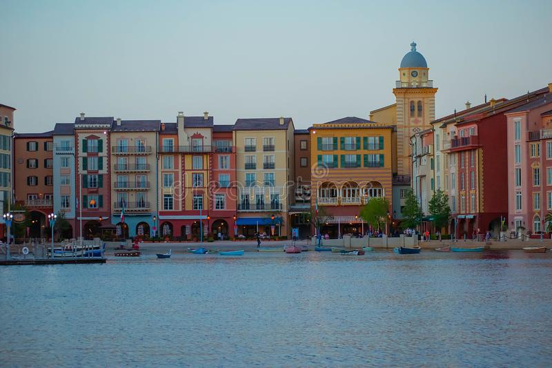 Bel hôtel de Portofino d'Italien, avec les villages et les bateaux de pêche colorés dans peu de port de baie à la région 1 d'Univ photo stock