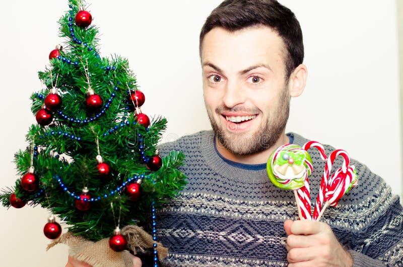 Bel homme barbu, nouvelle année, fond de Noël photographie stock