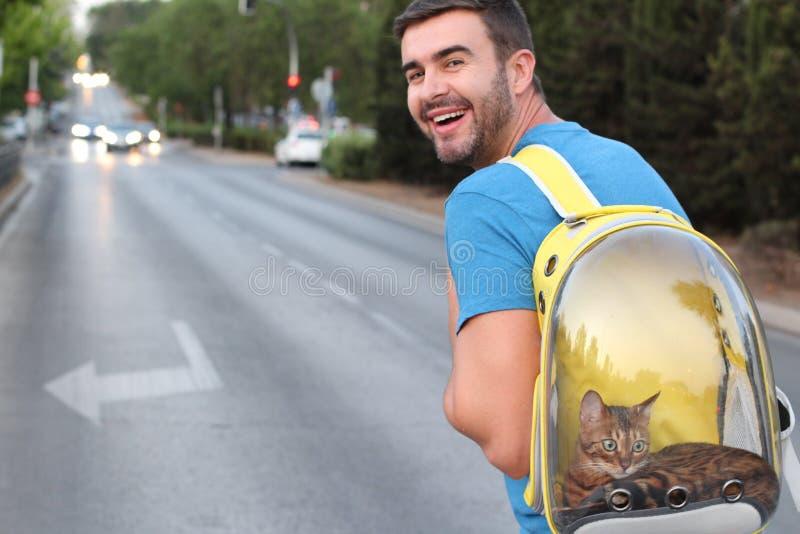 Bel homme et son chat de minou photos libres de droits