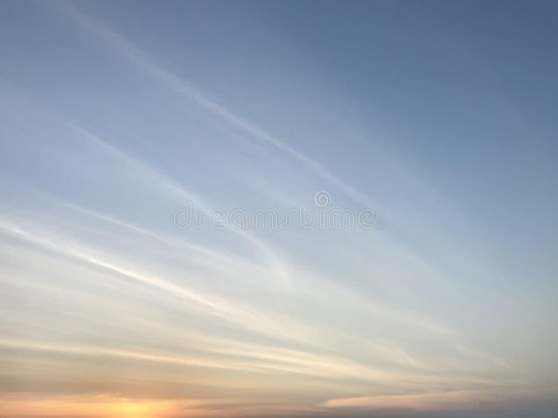 Bel horizon avec le coucher du soleil à la plage de Phuket images libres de droits