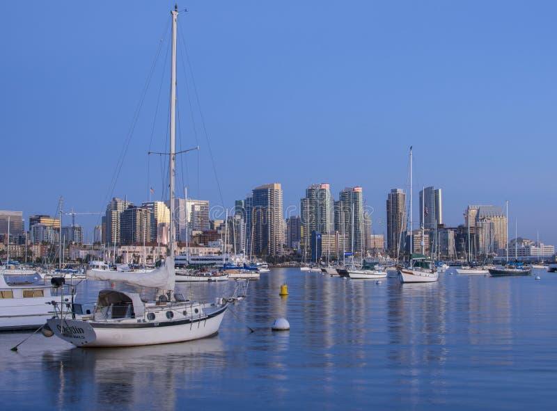 Bel horizon de San Diego avec des voiliers et en centre ville après coucher du soleil image libre de droits