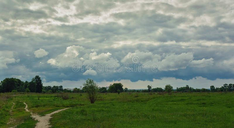 Bel horizon simple de ciel dans le domaine image stock