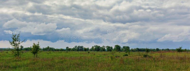Bel horizon simple de ciel dans le domaine images stock