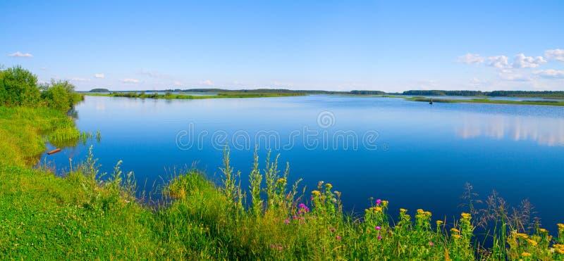 Bel horizontal de l'eau d'été photographie stock