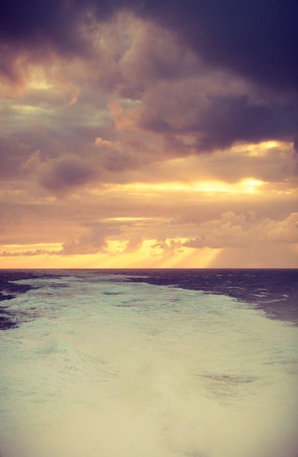 Bel horizontal de mer pendant le coucher du soleil images libres de droits