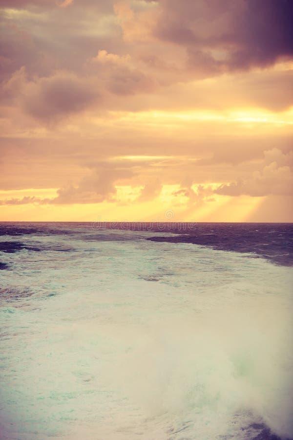 Bel horizontal de mer pendant le coucher du soleil image libre de droits