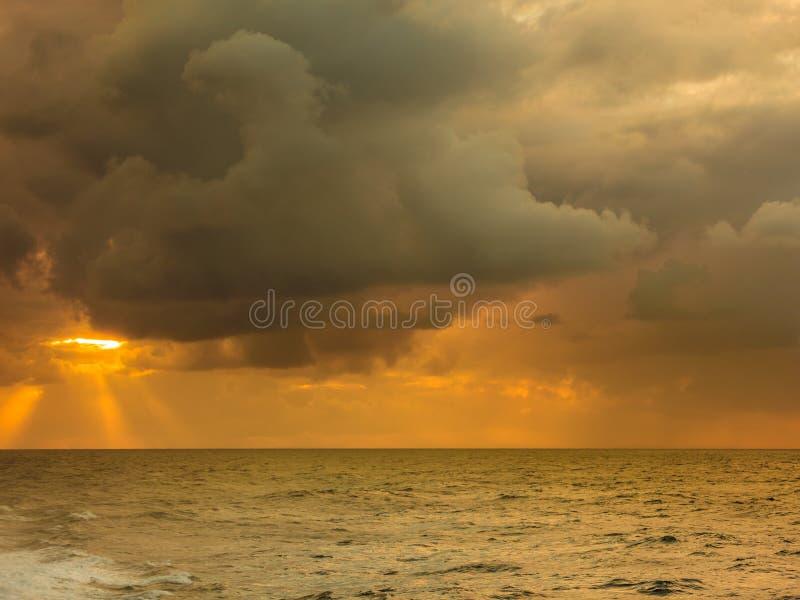 Bel horizontal de mer pendant le coucher du soleil image stock
