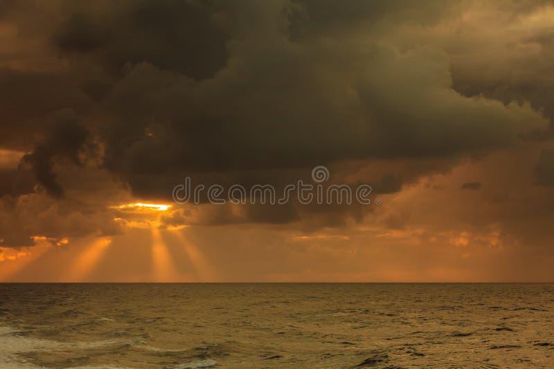 Bel horizontal de mer pendant le coucher du soleil photo libre de droits