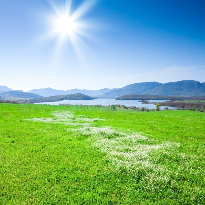 Bel horizontal de montagne avec un lac photographie stock