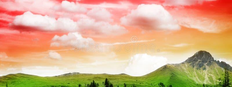 Bel horizontal de montagne dans le coucher du soleil photographie stock libre de droits