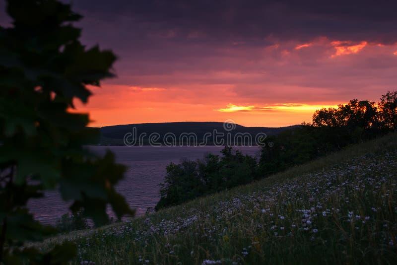 Bel horizontal de nature Coucher du soleil sur la rivière au crépuscule photographie stock libre de droits