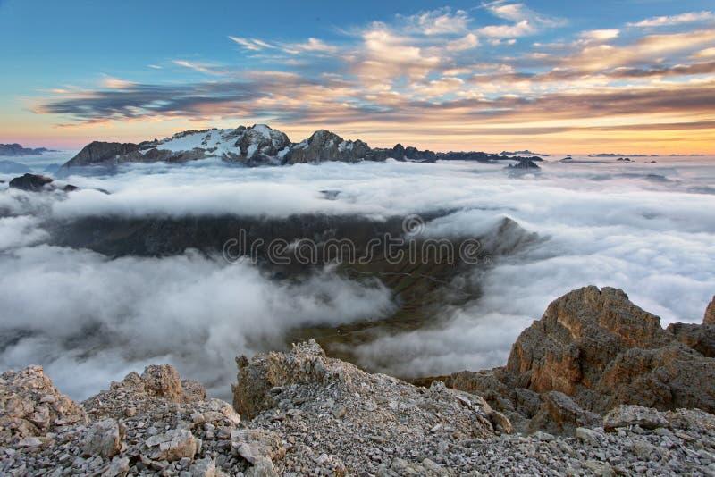 Bel horizontal de source dans les montagnes Coucher du soleil - Italie Dolo photos libres de droits