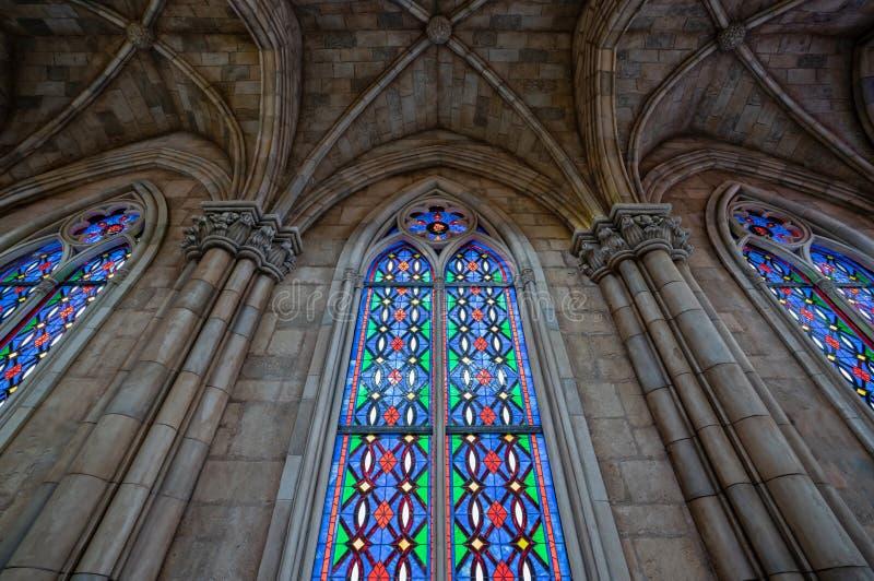 Bel hublot en verre souillé vitrail coloré plombé dans une église photographie stock