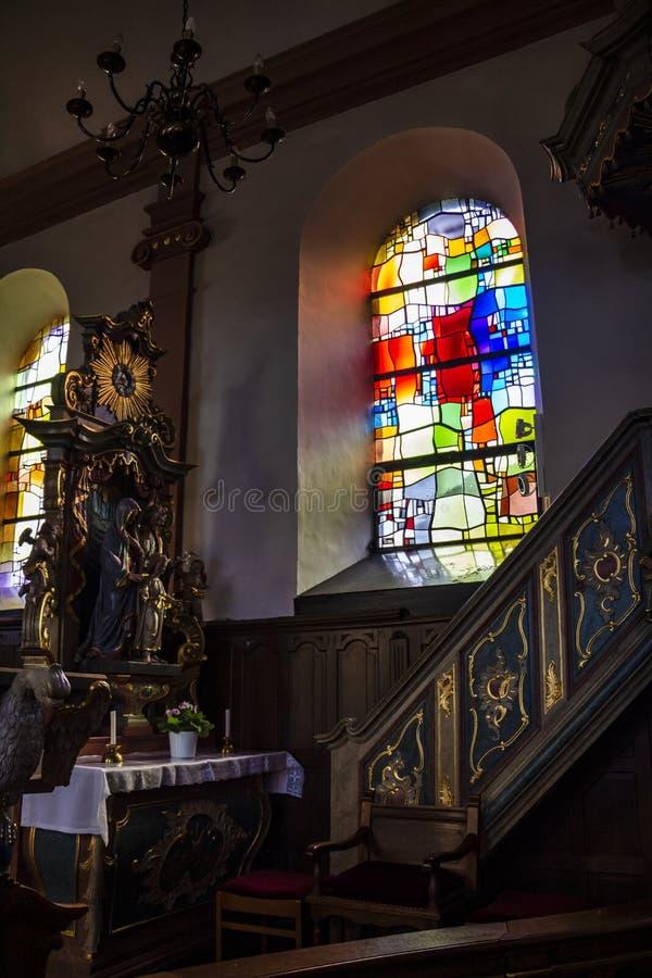 Bel intérieur baroque avec une fenêtre en verre teinté dans l'église de St Martin dans Hachiville, Luxembourg par l'atelier de photo stock