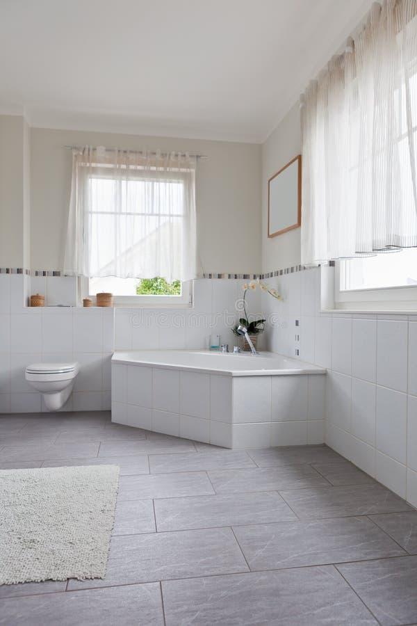 Bel intérieur d'une salle de bains moderne images stock