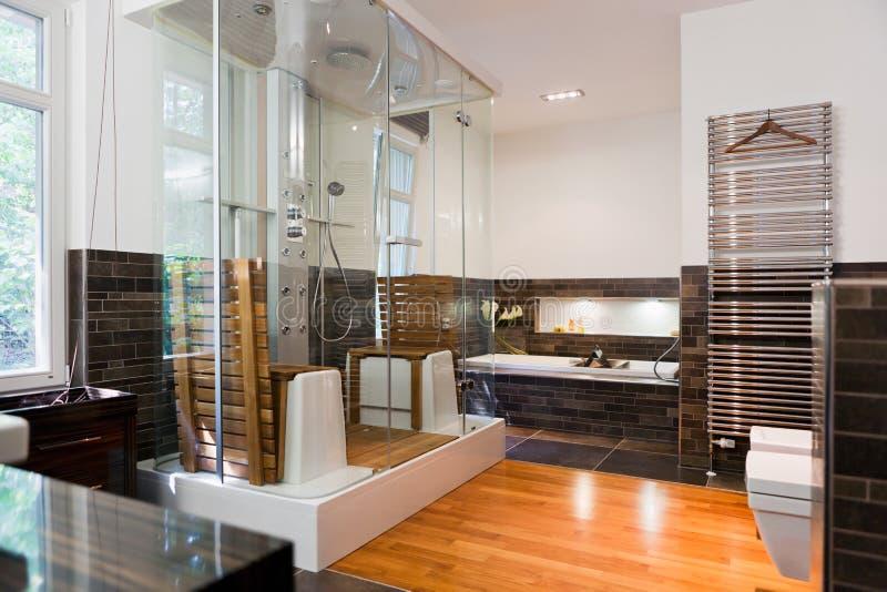 Bel intérieur d'une salle de bains moderne image libre de droits