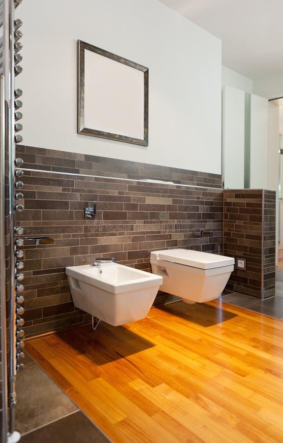 Bel intérieur d'une salle de bains moderne photographie stock libre de droits