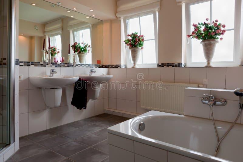 Bel intérieur d'une salle de bains moderne images libres de droits