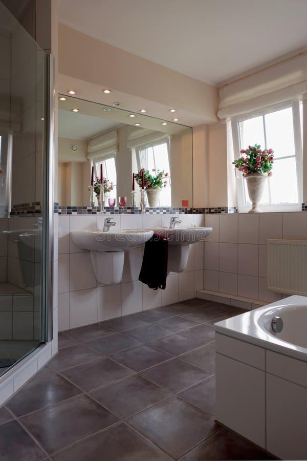 Bel intérieur d'une salle de bains moderne photos libres de droits