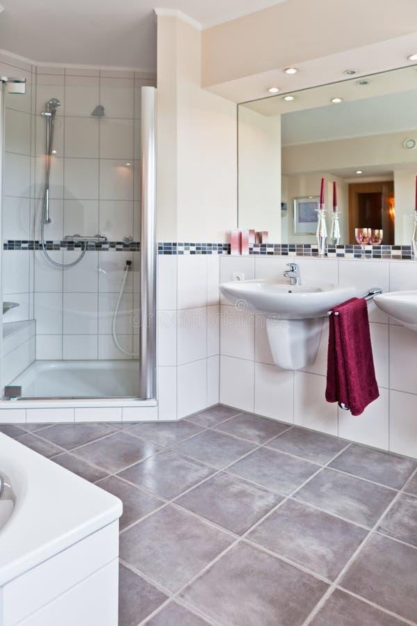 Bel intérieur d'une salle de bains moderne photos stock